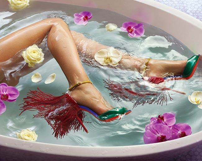 женские ноги в ванной в красивых туфлях