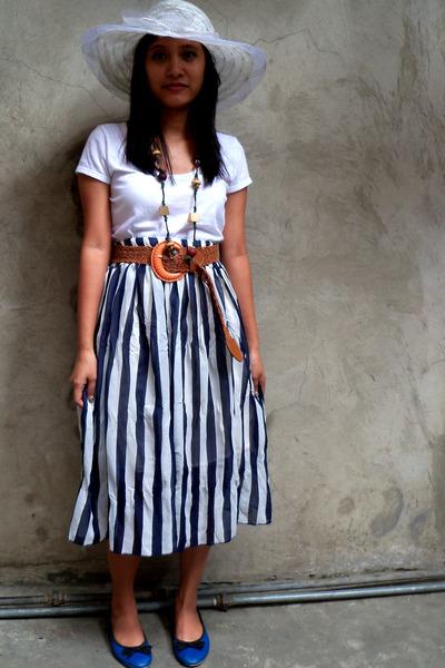 blue-bow-tied-shoes-white-shirt-brown-belt-navy-stripe-long-skirt_400