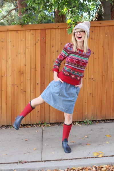 модные сапоги резиновые красный свитер