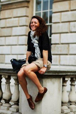 оксфорды с шортами девшка улыбается сидит на перилах