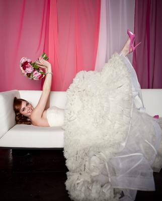 невеста в туфлях красивых лежит с цветами