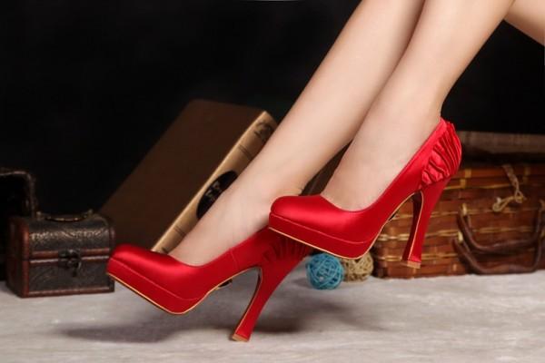 Туфли из красного атласа