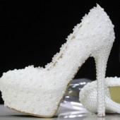 Белые туфли с жемчугом