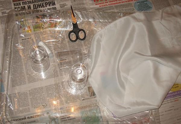 Стол застелить нужно газетами