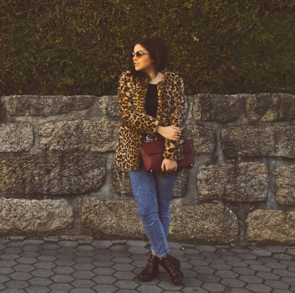 fur-coat-crew-neck-t-shirt-skinny-jeans-ankle-boots-clutch-sunglasses-original-9153