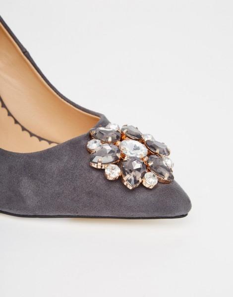Разноцветные камни на обуви